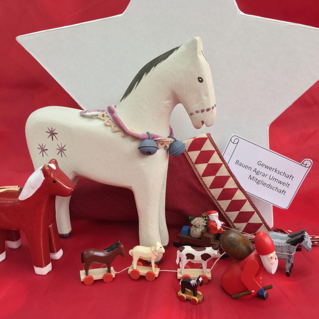 """Ein Weihnachtsgeschenk für Pferdewirtazubis: Ihr werdet Pate und übernehmt den Mitgliedsbeitrag für die zeit der Berufsausbildung bei der Gewerkschaft Bauen Agrar Umwelt und sorgt so für eine """"Vollkaskoversicherung"""" während der Ausbildung Eurer Lieben. Ein Geschenk das mehr Wert ist, als es kostet."""